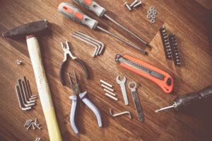 Outils d'un artisant travaillan sur votre maison