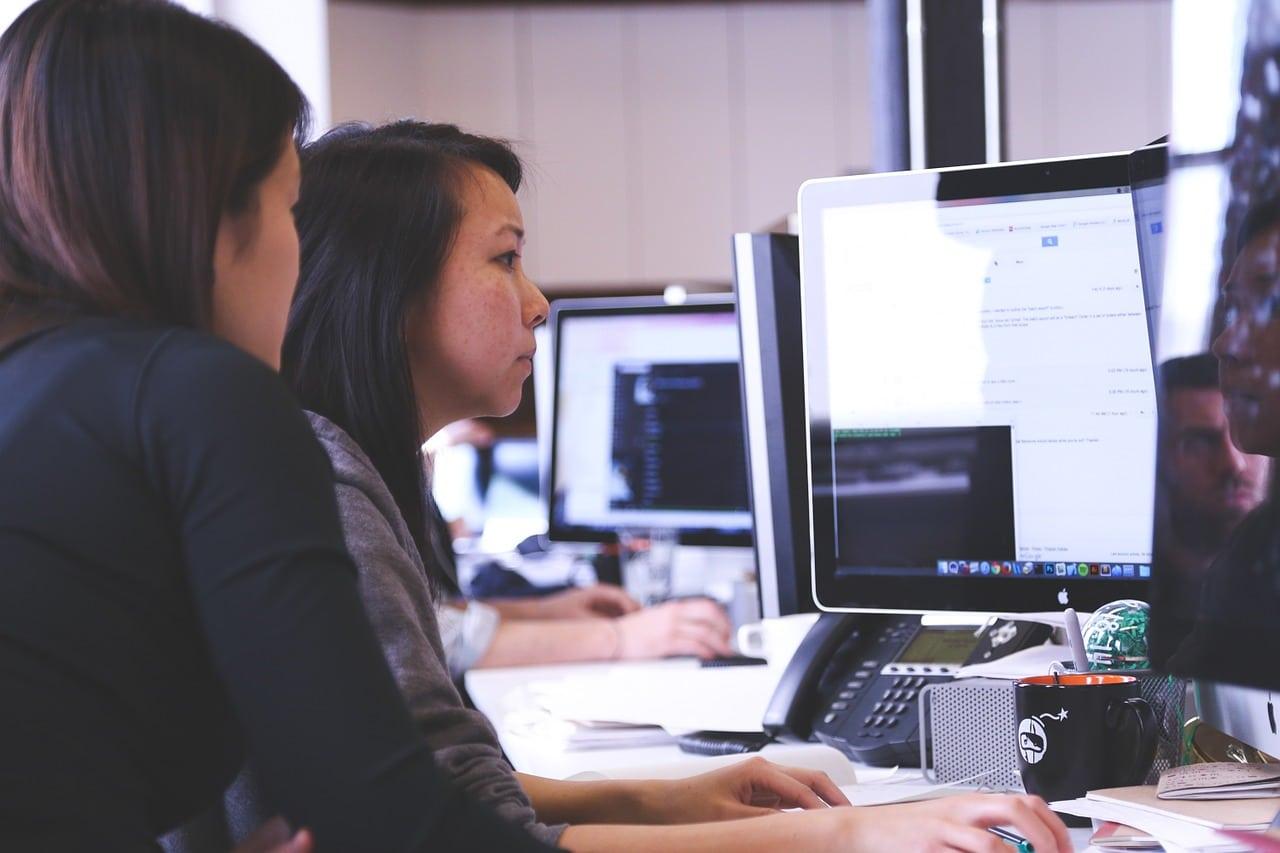Deux femmes qui travaillent